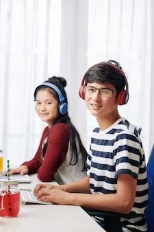 Chłopiec i dziewczynka programowania