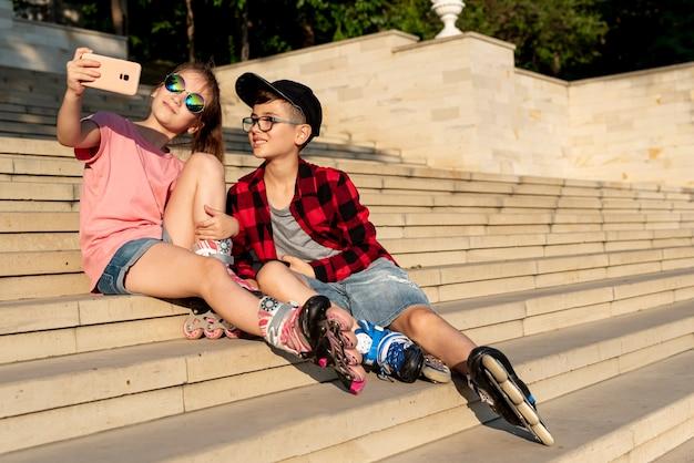 Chłopiec i dziewczynka przy selfie