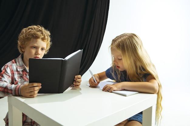 Chłopiec i dziewczynka przygotowują się do szkoły po długiej przerwie letniej.