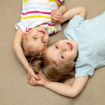 Chłopiec i dziewczynka siedzi na podłodze