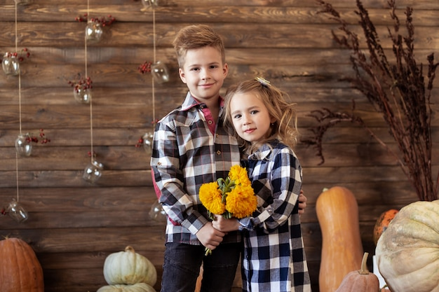 Chłopiec i dziewczynka stoją jesienią