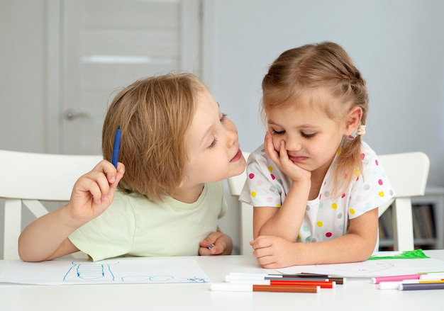 Chłopiec i dziewczynka w domu, rysunek