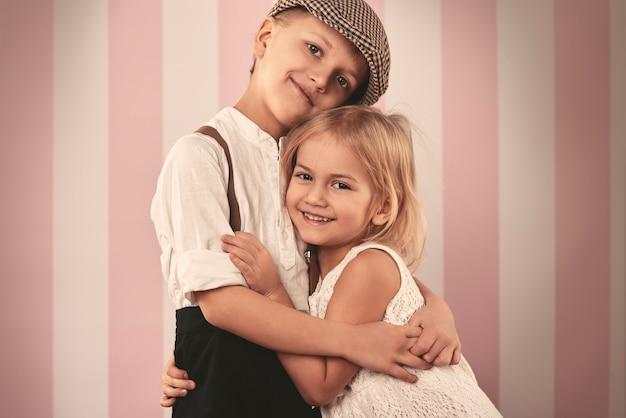Chłopiec i dziewczynka w ładny uścisk