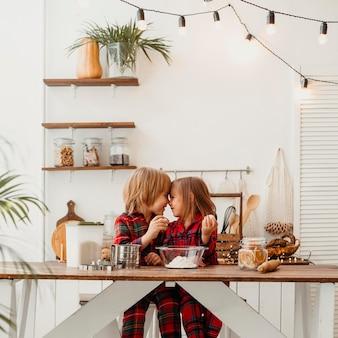 Chłopiec i dziewczynka wspólne gotowanie w domu