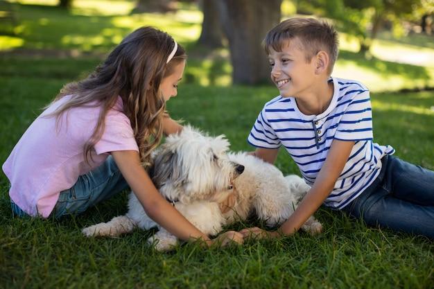 Chłopiec i dziewczynka z psem w parku