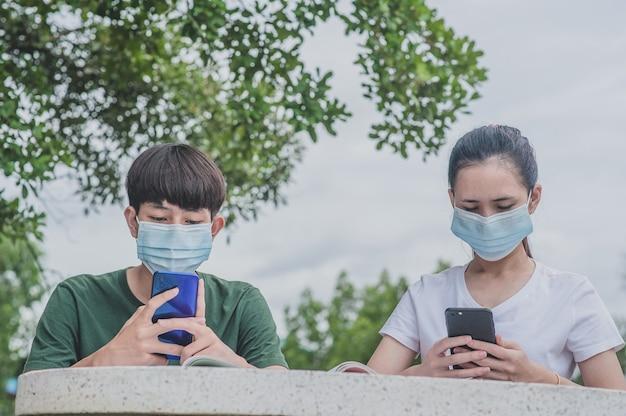 Chłopiec i dziewczynka za pomocą mobilnego smartfona do e-learningu