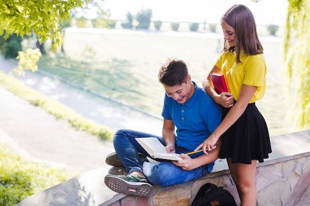 Chłopiec i dziewczynka zabawy w parku