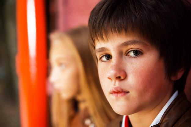Chłopiec i dziewczynki nastolatkowie pozuje przeciw ściana z cegieł tłu