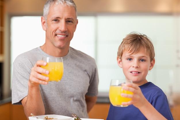 Chłopiec i jego ojciec ma śniadanie w kuchni