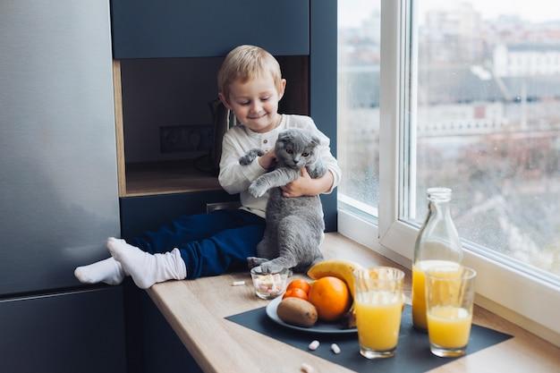 Chłopiec i kot
