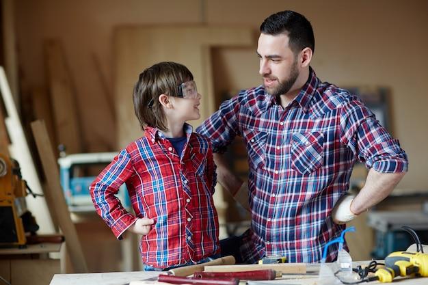 Chłopiec i ojciec rozmawiają