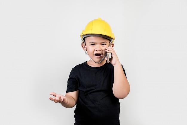 Chłopiec inżynieria opowiada smartphone o projekcie z partnerem