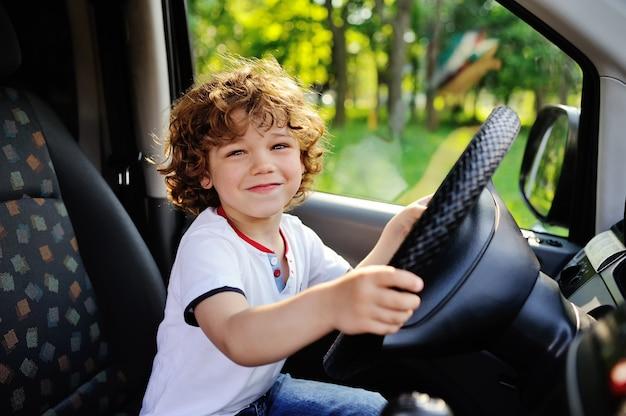 Chłopiec jedzie samochód