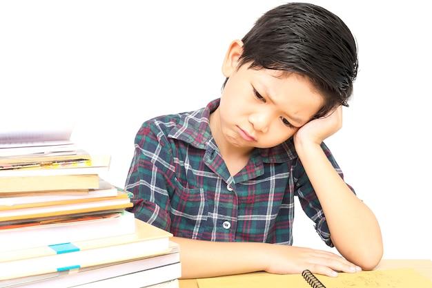 Chłopiec jest niezadowolony odrabianiu lekcji