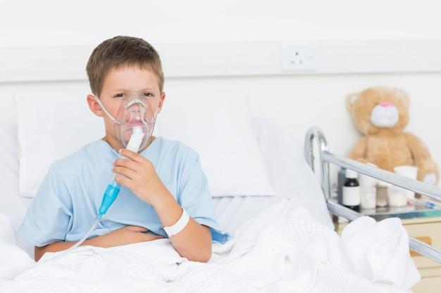 Chłopiec jest ubranym maskę tlenową w szpitalu