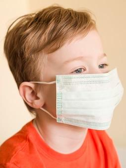 Chłopiec kąt wysoki noszenie maski