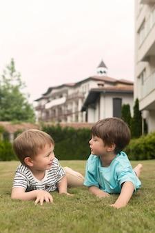 Chłopiec kłaść na trawie