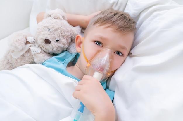 Chłopiec ma inhalację, zabieg na płuca.