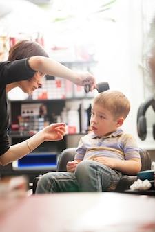 Chłopiec ma włosy ciącego w salonie