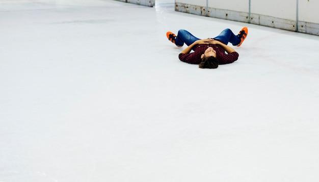 Chłopiec ma zabawę z lodową łyżwą