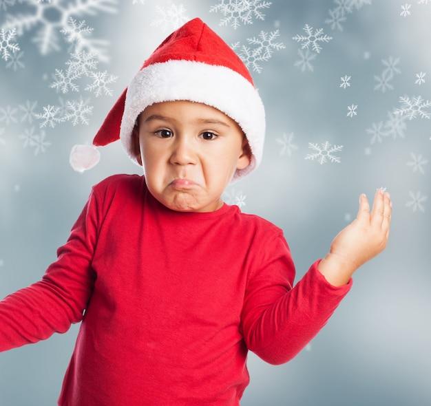 Chłopiec martwi z christmas tle