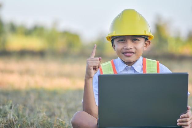 Chłopiec marzy o przyszłości inżynieria sukcesu komputerowego