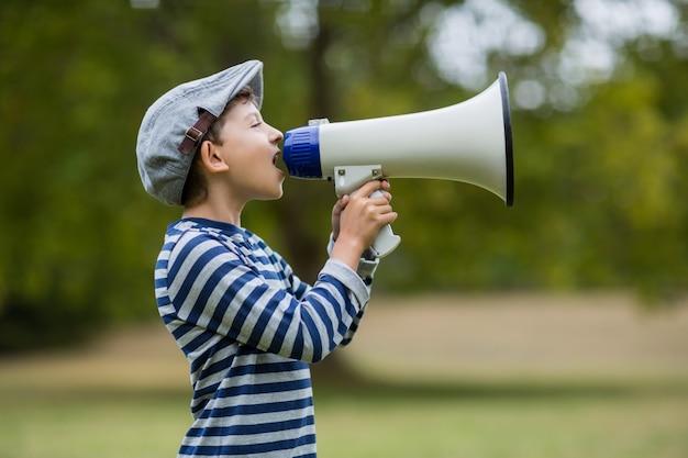 Chłopiec mówi na megafon