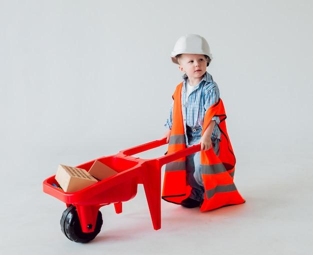 Chłopiec na białym tle. budowa