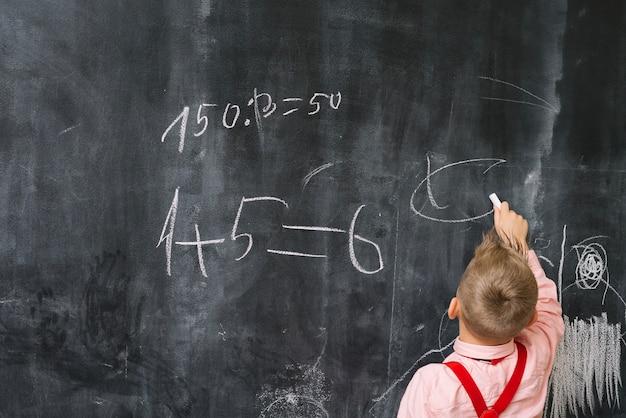Chłopiec na lekcji matematyki