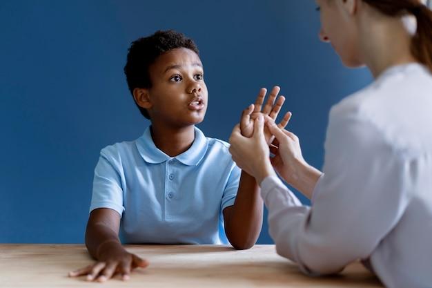 Chłopiec na sesji terapii zajęciowej z psychologiem