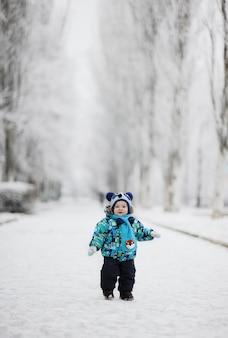 Chłopiec na śnieżnym tle