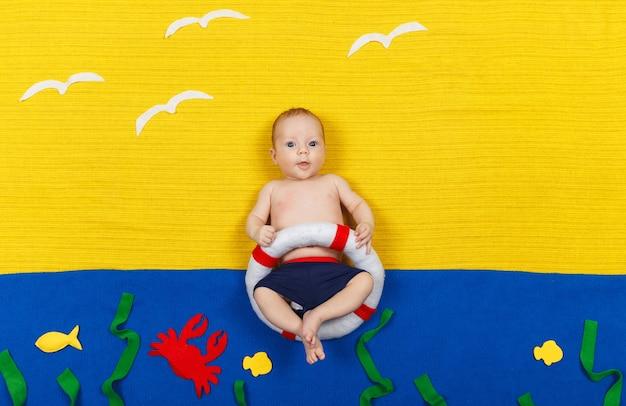 Chłopiec naśladujący pływanie i skakanie do wody. wakacje