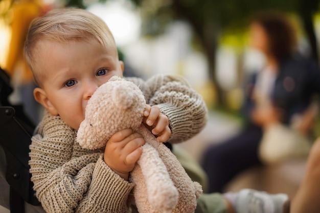 Chłopiec niemowlęcia, przechodząc, na, przejście dla pieszych, trzymający za ręce rodziców w mieście sankt petersburg rosja ru