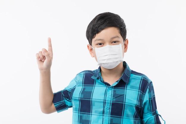 Chłopiec nosi maskę chirurgiczną.