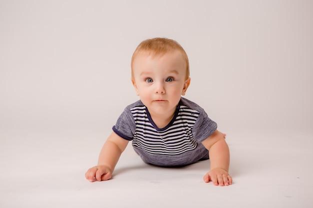 Chłopiec odizolowywająca na białym tle