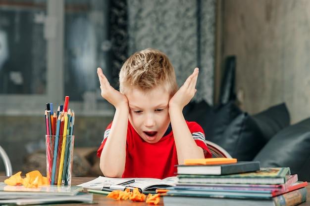 Chłopiec odrabiania lekcji w szkole.