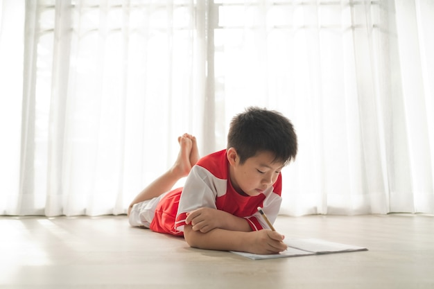 Chłopiec odrabiania lekcji