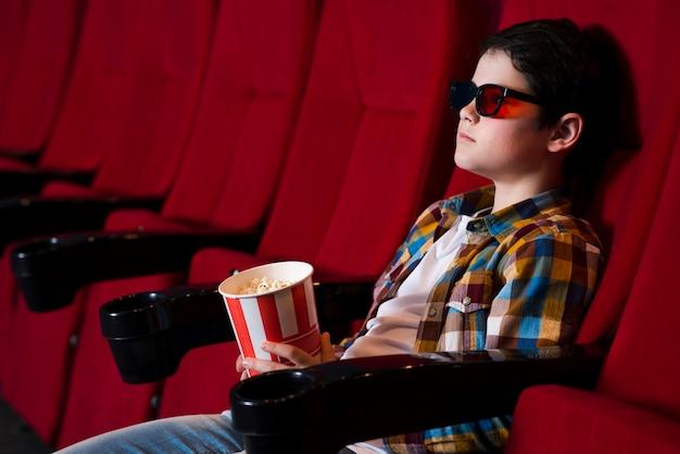 Chłopiec oglądający film w kinie