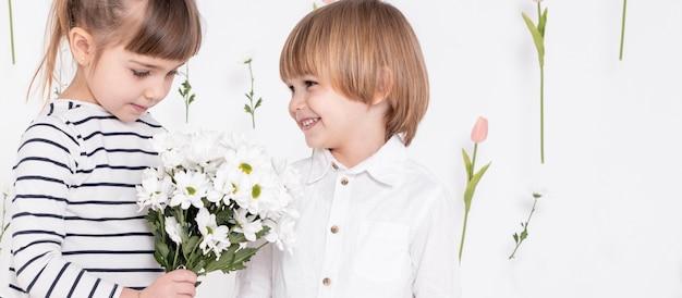 Chłopiec ono uśmiecha się przy śliczną dziewczyną
