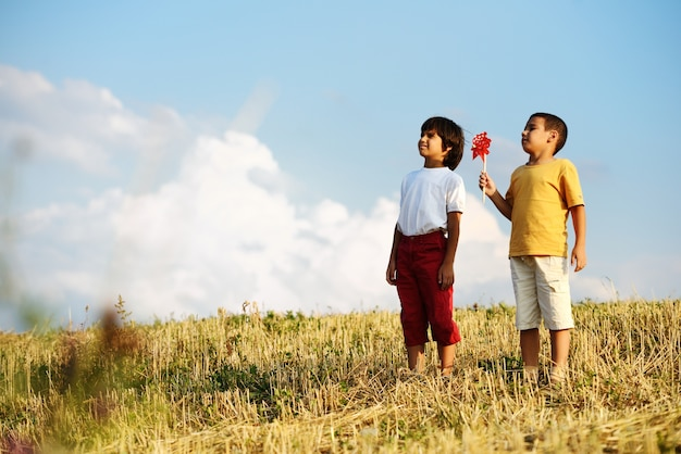 Chłopiec outdoors z śmigłową zabawką w lecie przeciw niebieskiemu niebu