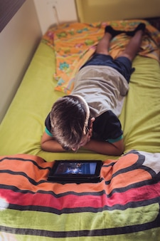 Chłopiec patrząc na tablet