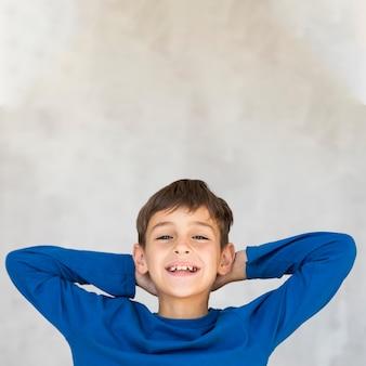 Chłopiec patrzeje relaksujący z kopii przestrzenią