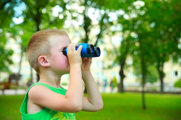 Chłopiec patrzy przez lornetkę