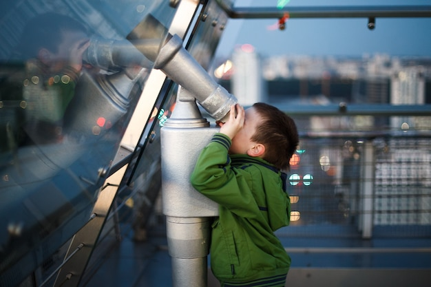 Chłopiec patrzy przez teleskop