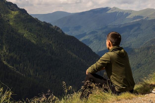 Chłopiec patrzy w góry, podróżuje po górach, transfogarasan