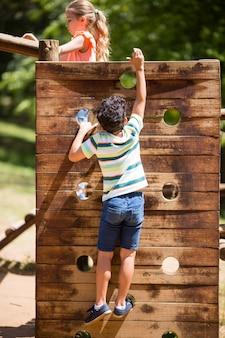 Chłopiec pięcie na boisko przejażdżce w parku