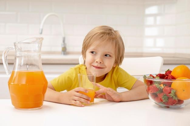 Chłopiec pije sok