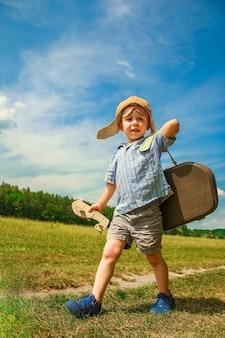 Chłopiec pilot z samolotem