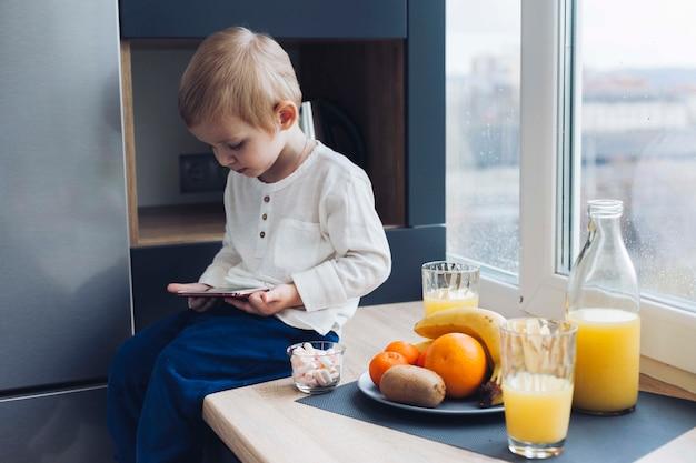 Chłopiec po śniadaniu