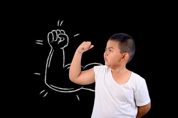 Chłopiec pokazał swoją siłę mięśni.